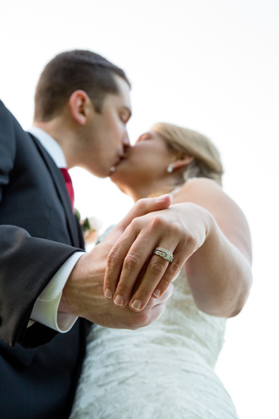 bride groom ring pose kiss